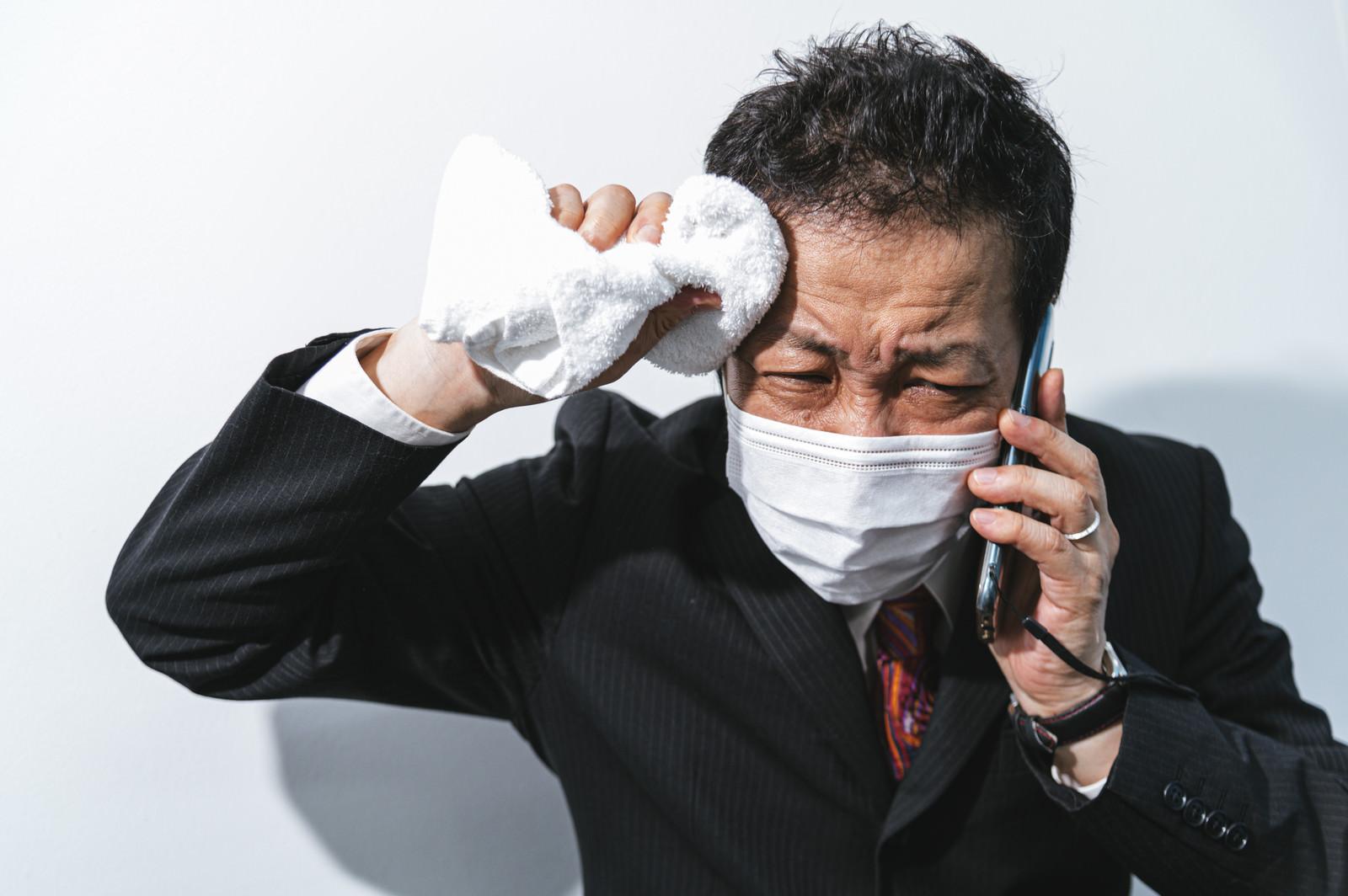 「汗でマスクが濡れて息しずらいし会話聞こえないしつらい営業職」の写真[モデル:のせさん]
