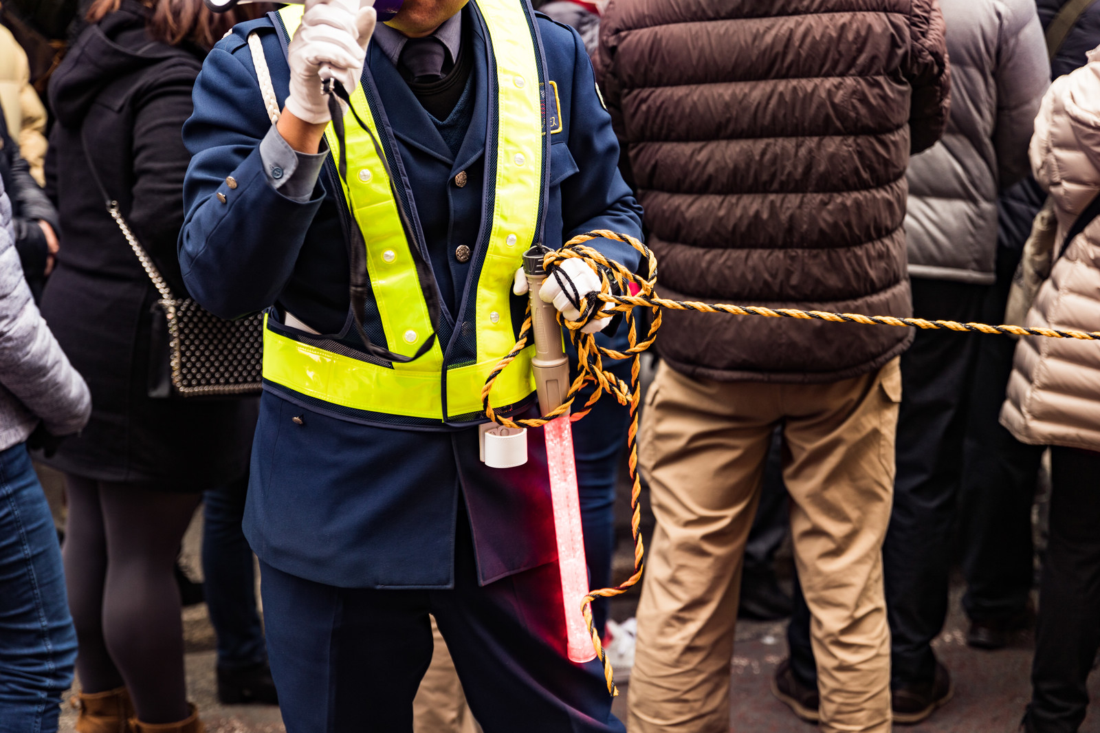 「ロープを持って交通整理する警備員」の写真