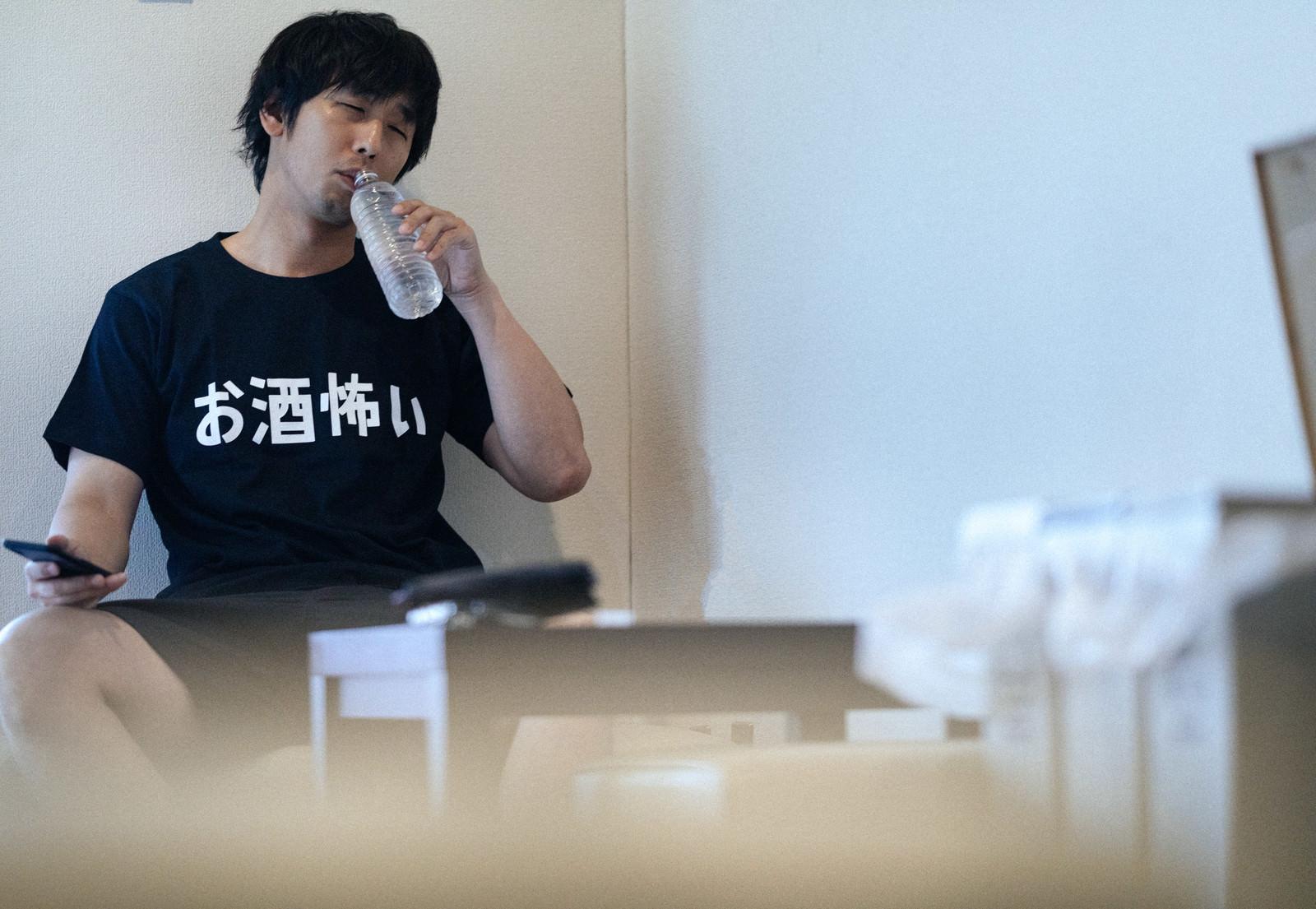 「二日酔い対策には水分補給」の写真[モデル:大川竜弥]