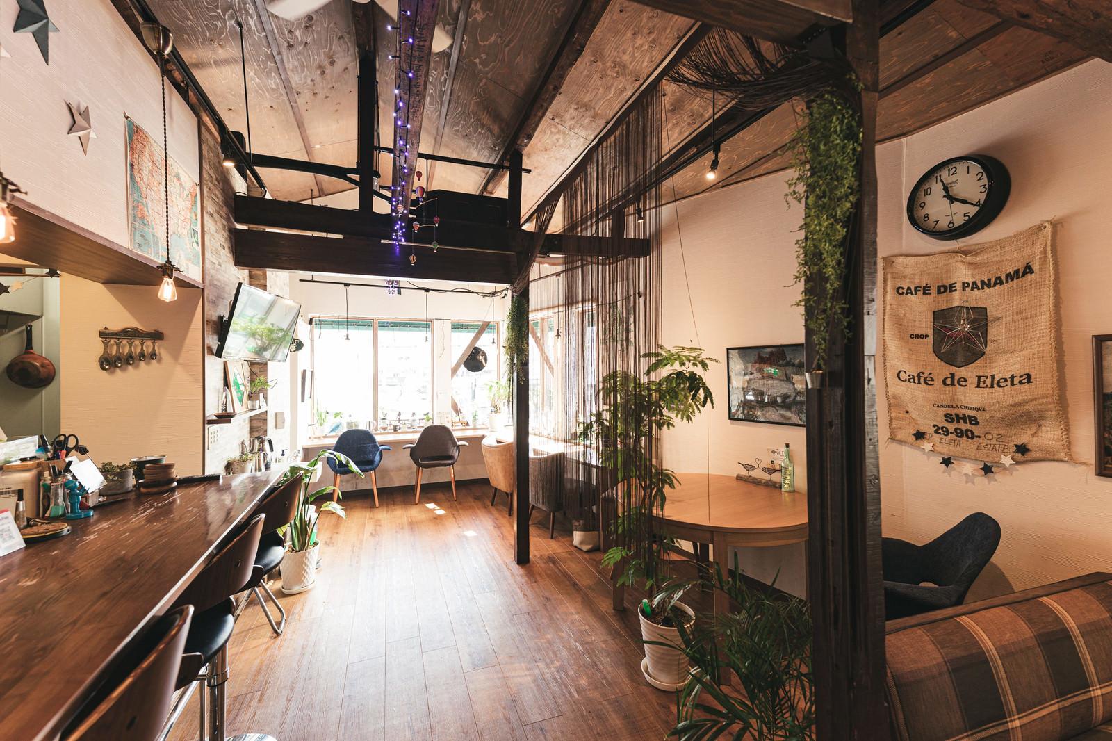 「珈琲の麻袋が壁に飾ってあるカフェ店内の様子」の写真