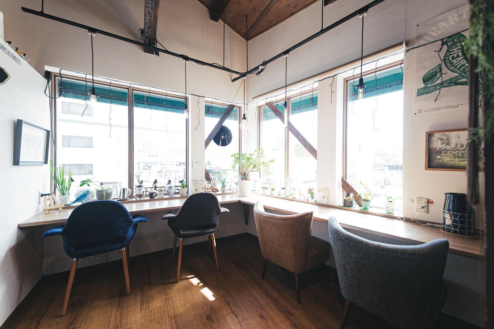 「自然光の光が差し込むカフェ」の写真