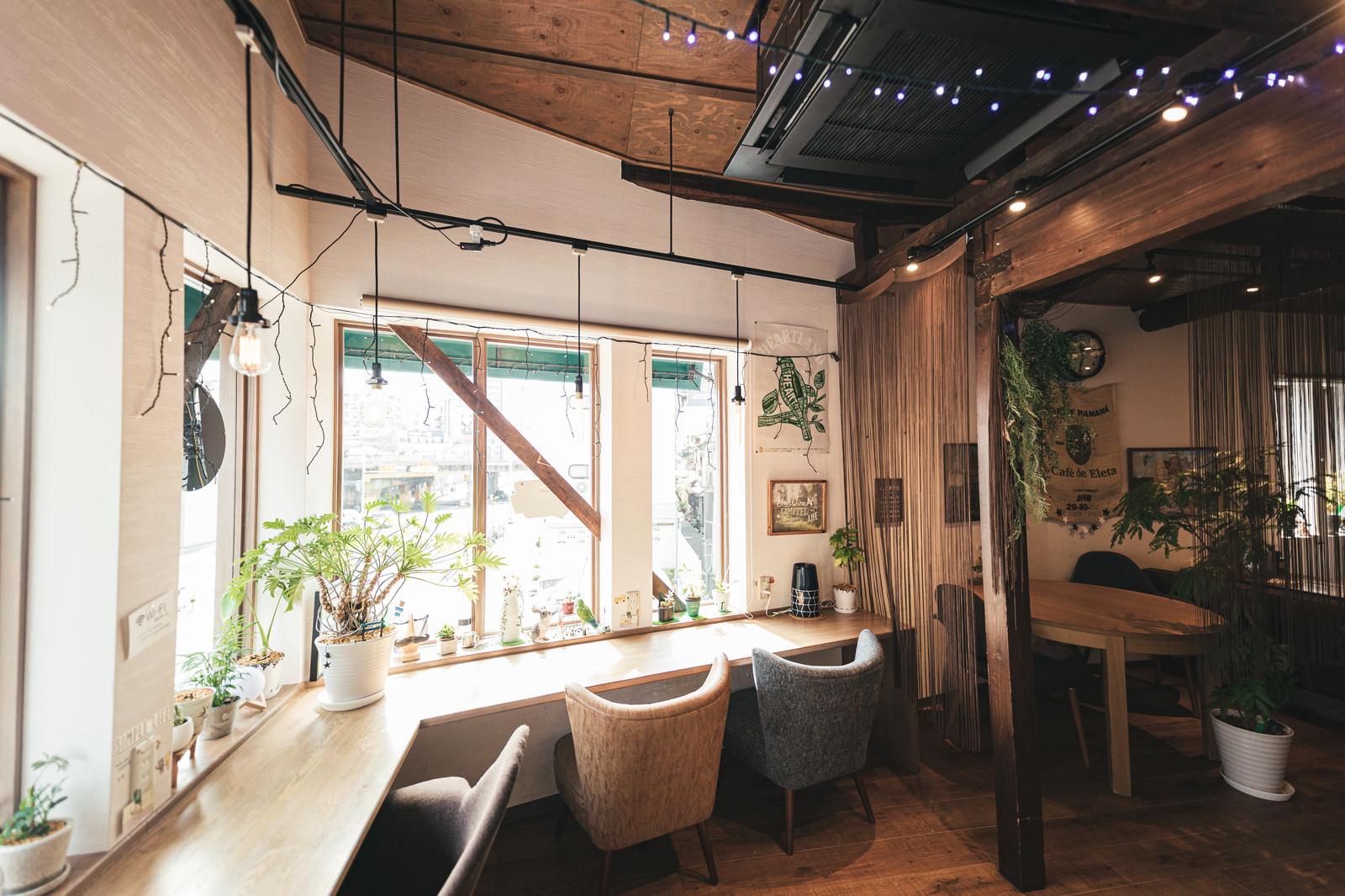 「カフェの窓際の席」の写真