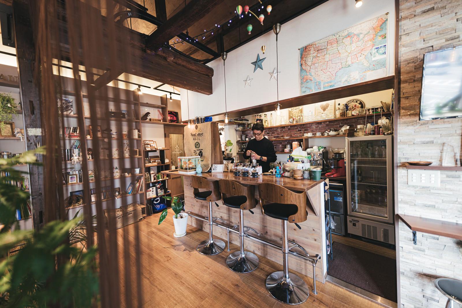 「落ち着いた雰囲気のカフェのカウンター席」の写真