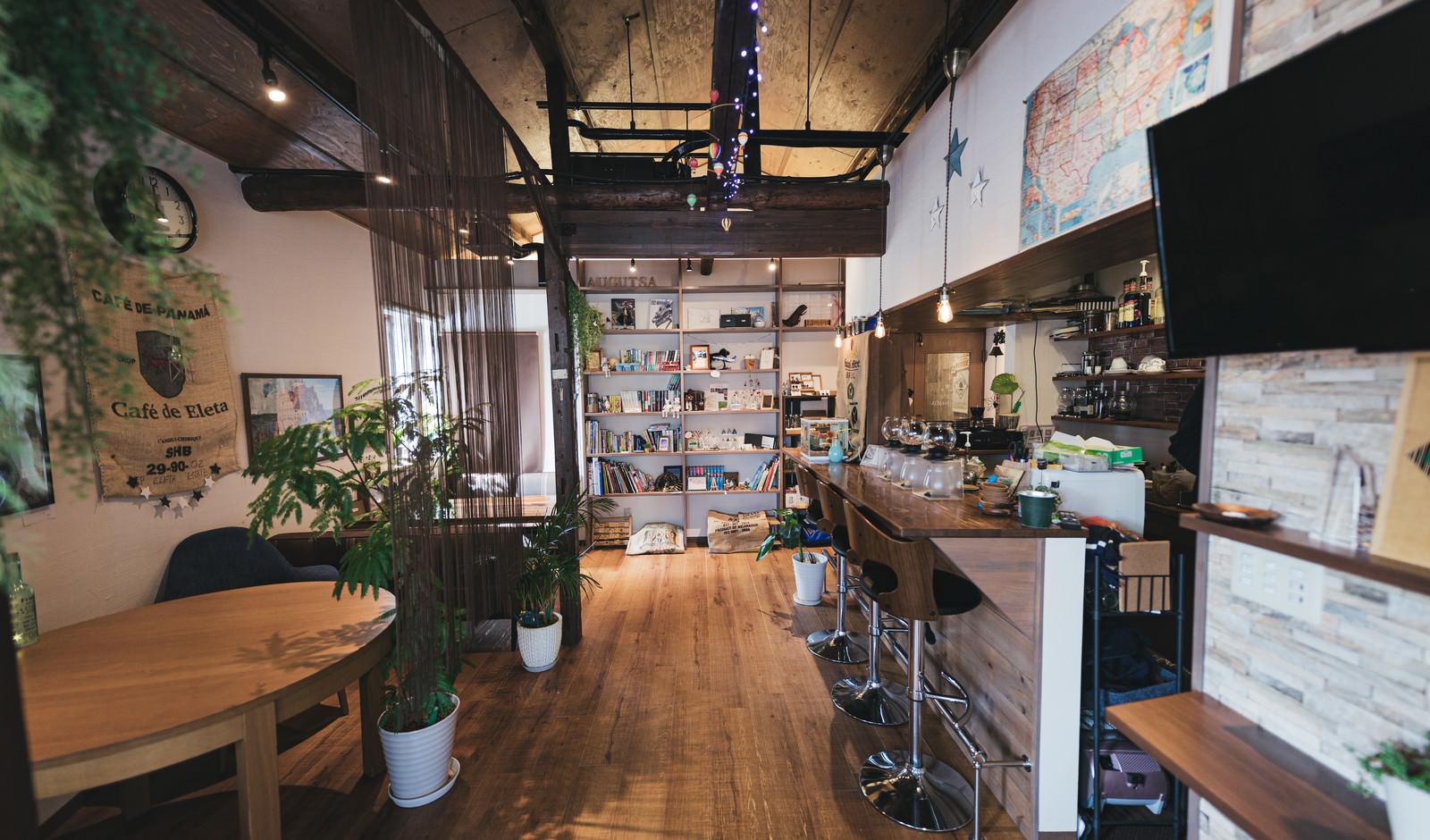 「サーフカフェ風な広々とした店内の素敵なカフェ」の写真