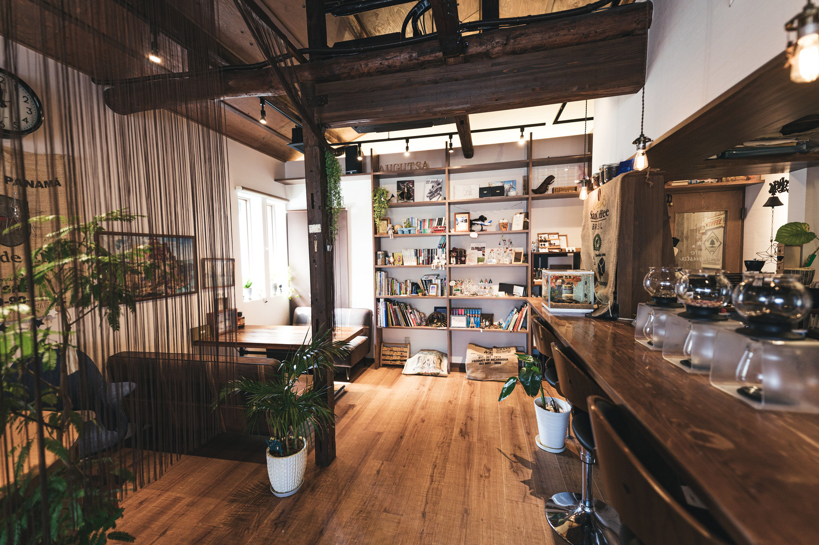 「木目調の喫茶店内(カフェ:オーガスタ)」の写真