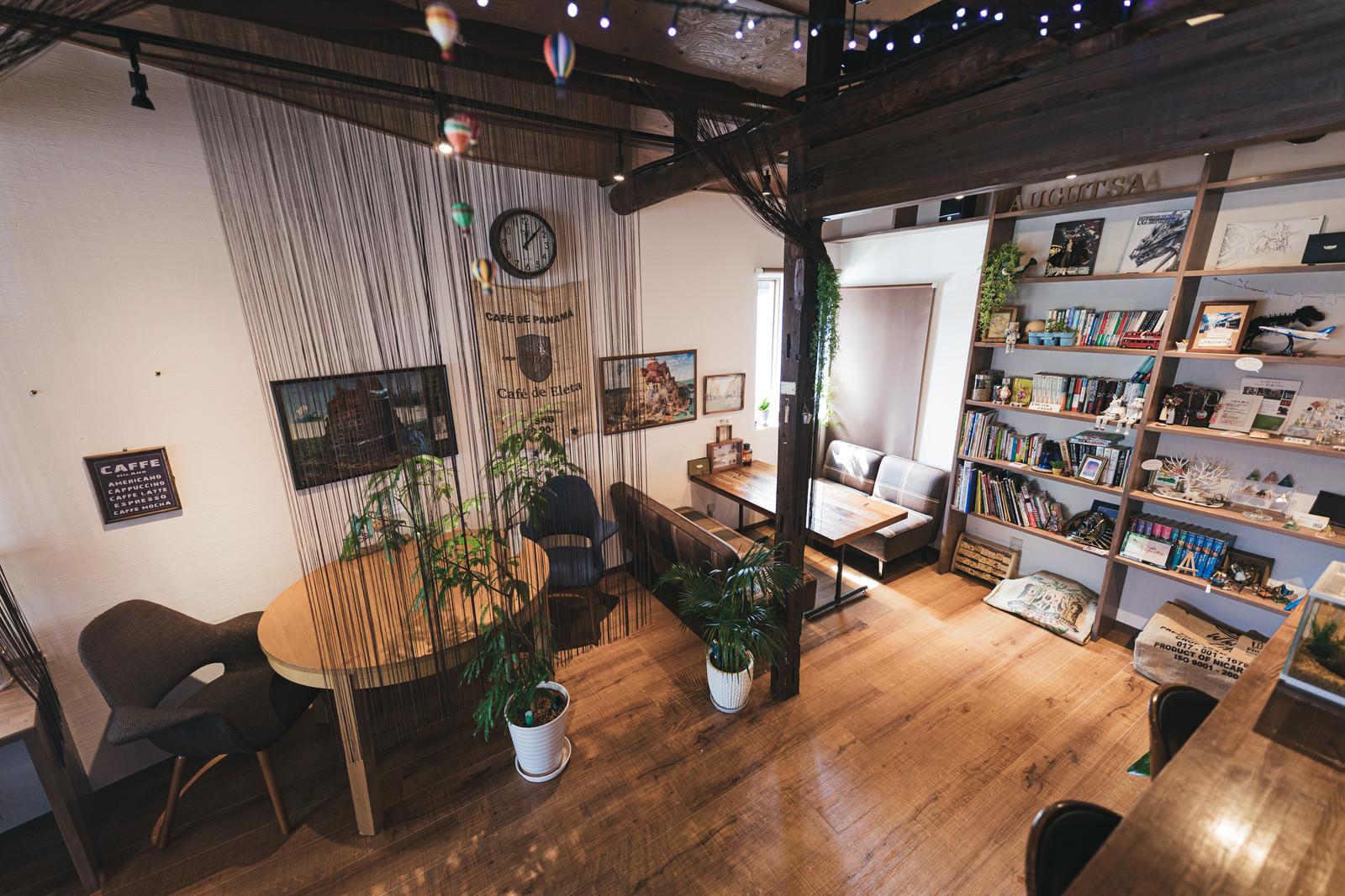 「上から眺めるカフェ「オーガスタ」の店内」の写真