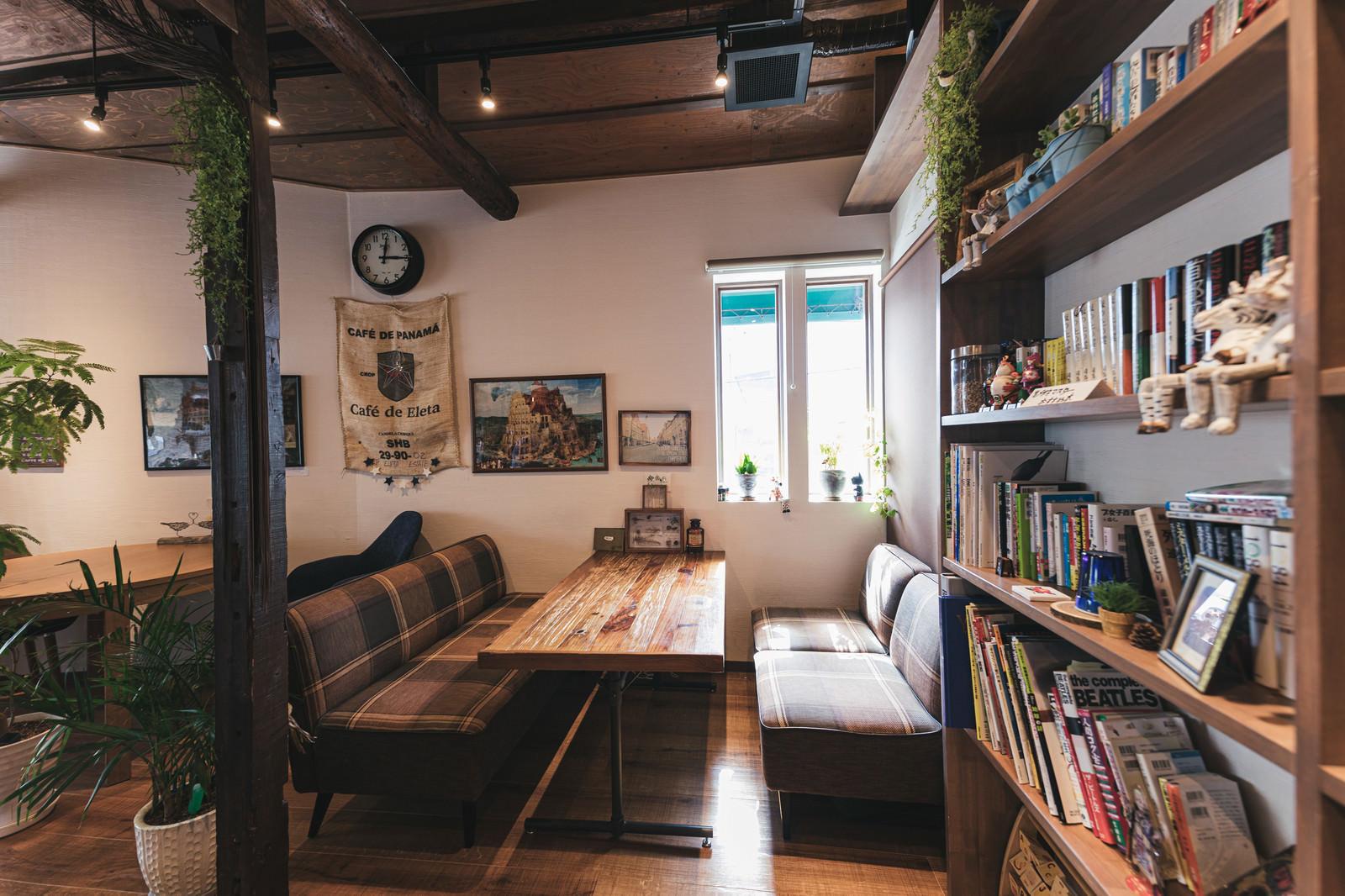 「木目調のカフェのソファー席」の写真