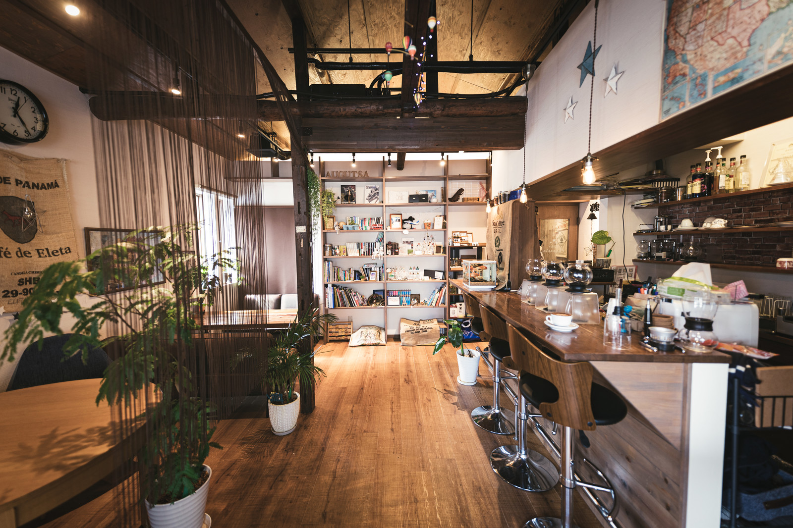 「雰囲気のよいカフェ店内」の写真