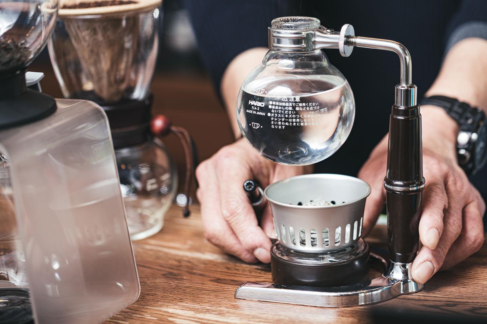 「サイフォンでお湯を沸かす様子」の写真