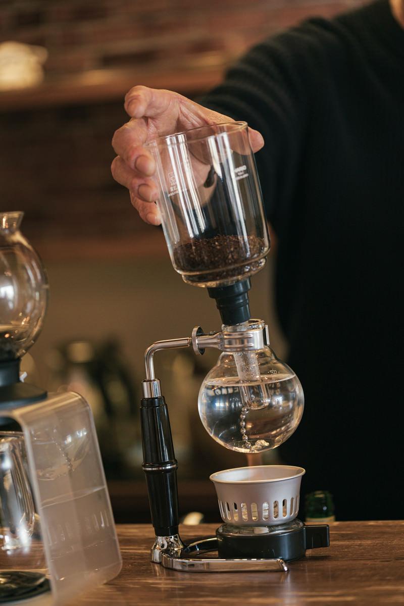 「コーヒーをサイフォンで沸かしている様子」の写真