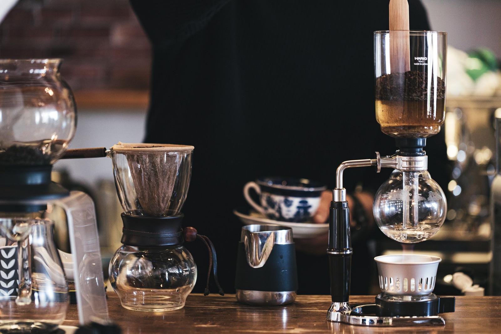 「カフェのコーヒー器具の数々」の写真