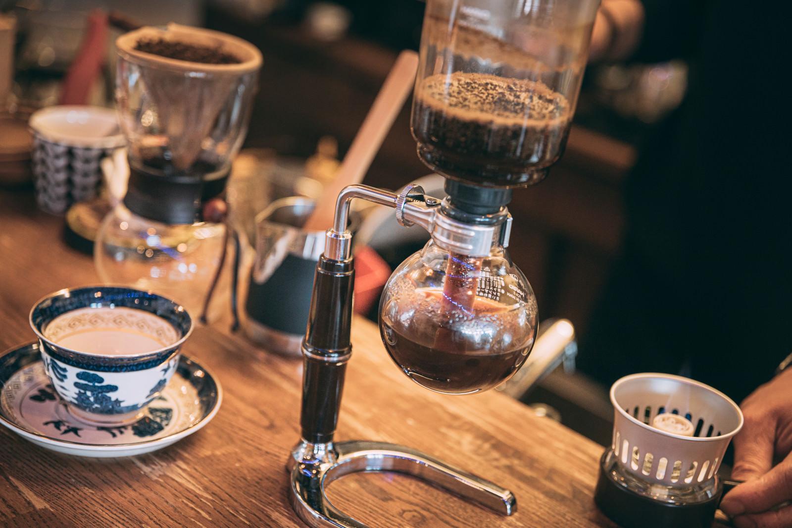 「サイフォンでコーヒーを淹れている様子」の写真