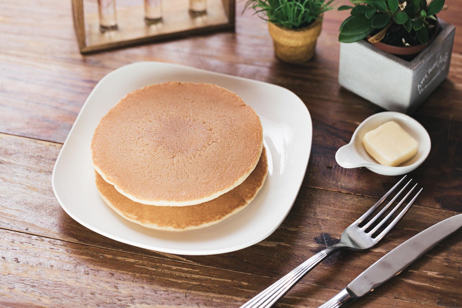 「カフェで提供されているパンケーキ」の写真