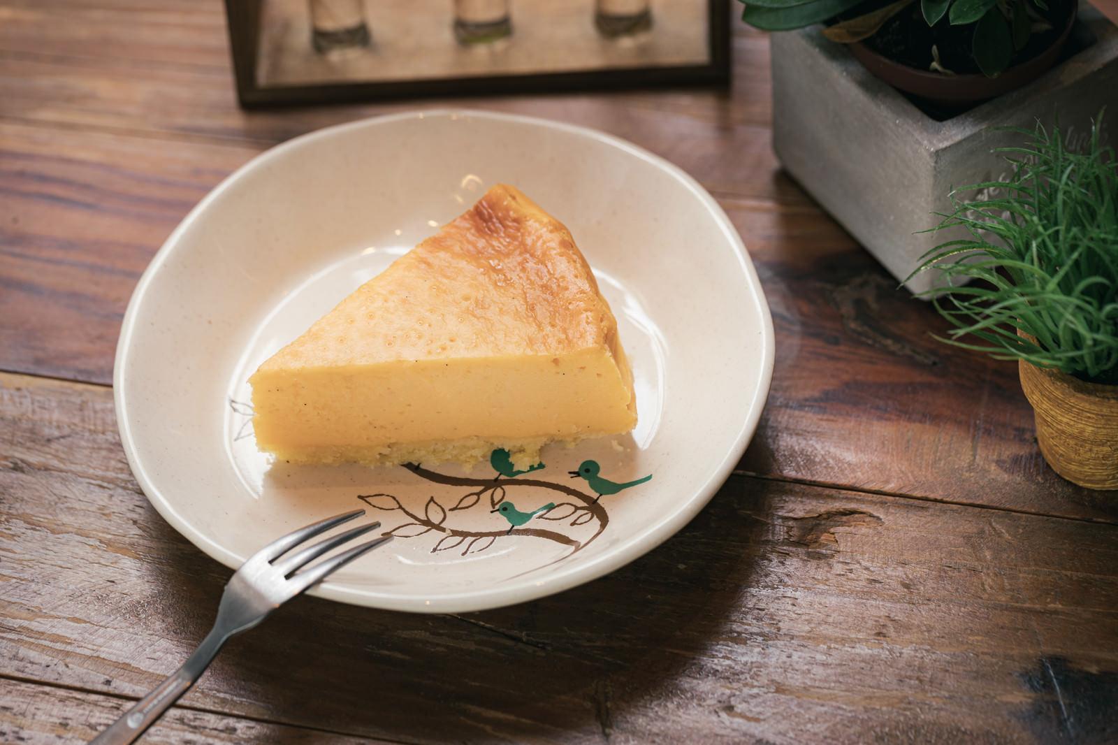 「カフェの手作りチーズケーキ」の写真
