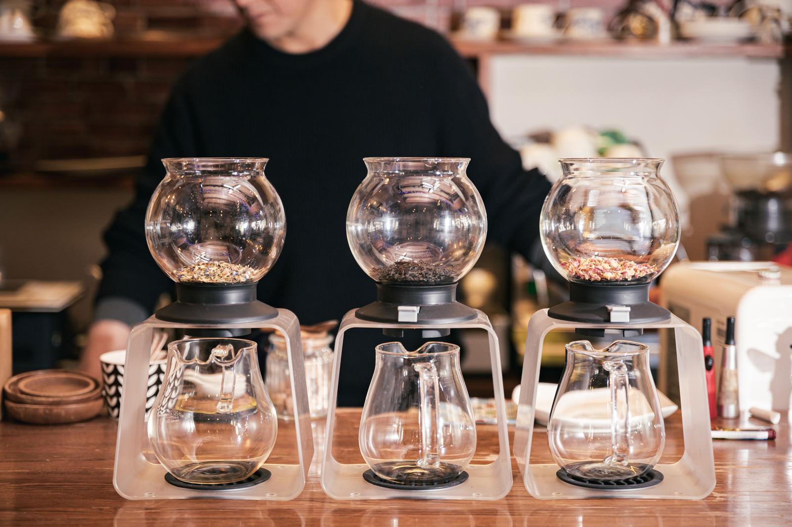 「ティードリッパーに入れられた三種の紅茶とハーブティー」の写真