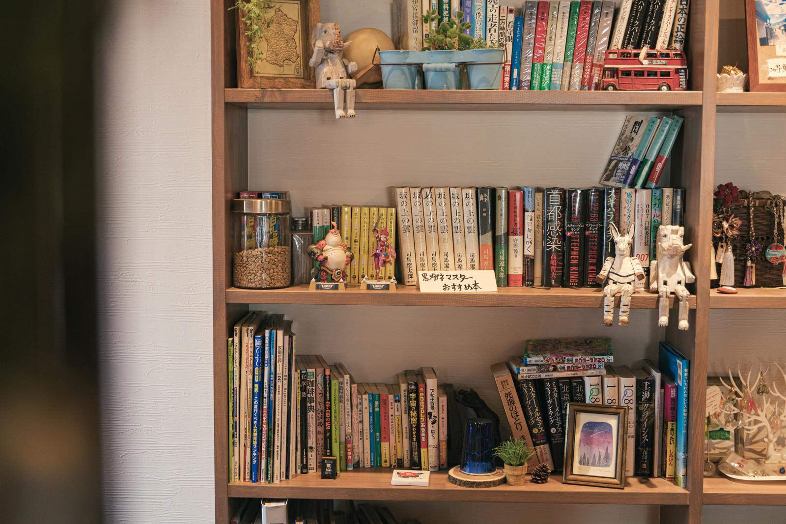 「カフェの本棚」の写真