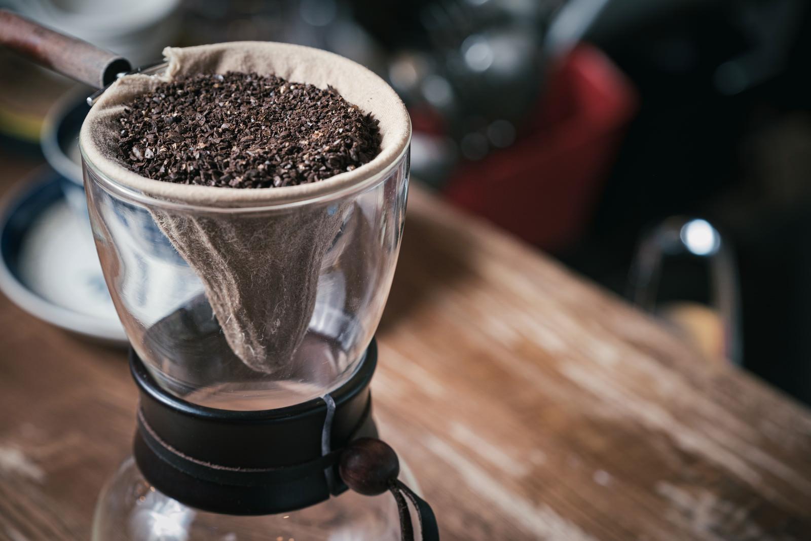 「ぽとりぽとりと落ちるコーヒードリップの様子」の写真
