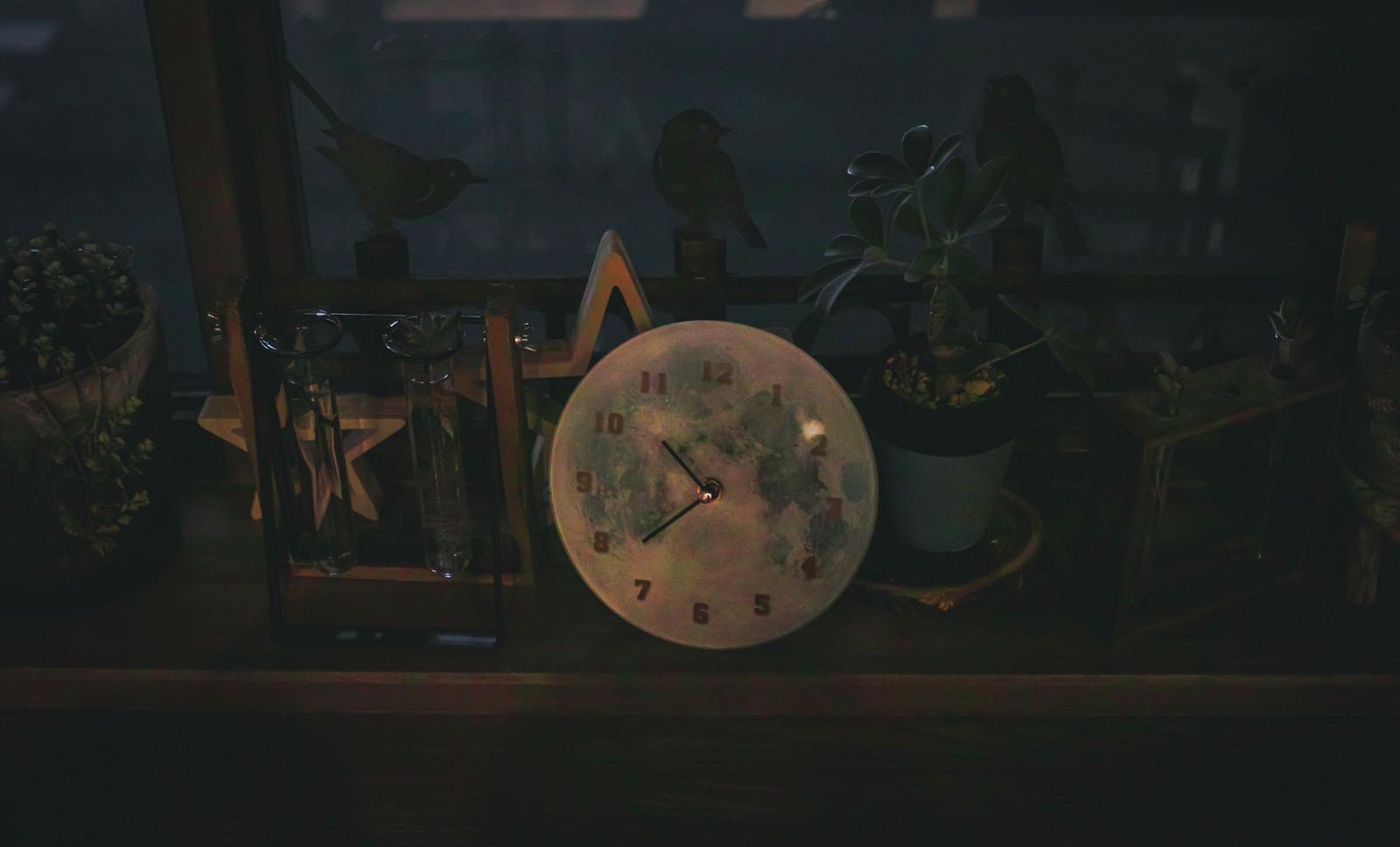 「暗闇の中の時計」の写真