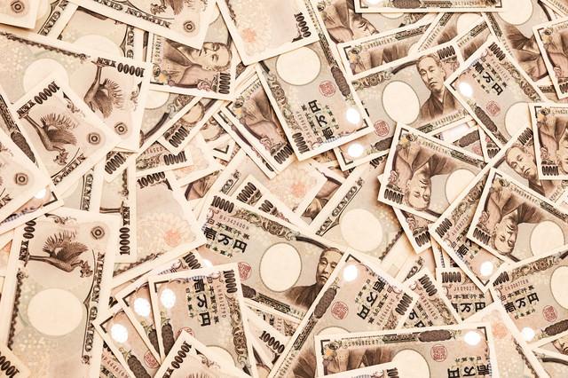 床一面に散らばった壱万円札の写真
