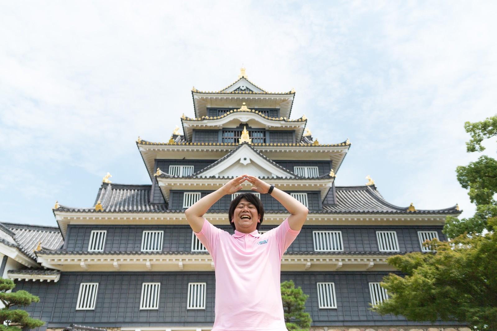 「漆黒の城、岡山城に来たのでお城ポーズをキメる観光客漆黒の城、岡山城に来たのでお城ポーズをキメる観光客」[モデル:朽木誠一郎]のフリー写真素材を拡大