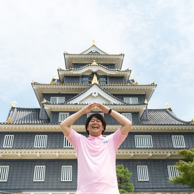 漆黒の城、岡山城に来たのでお城ポーズをキメる観光客の写真