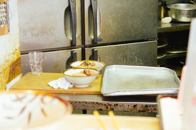 下町の定食屋の厨房の写真