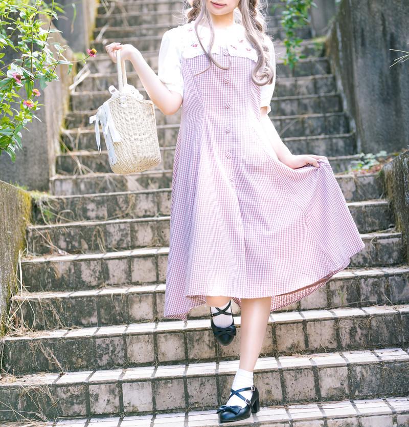 「階段を降りるんるん」の写真[モデル:石投げて美奈代]