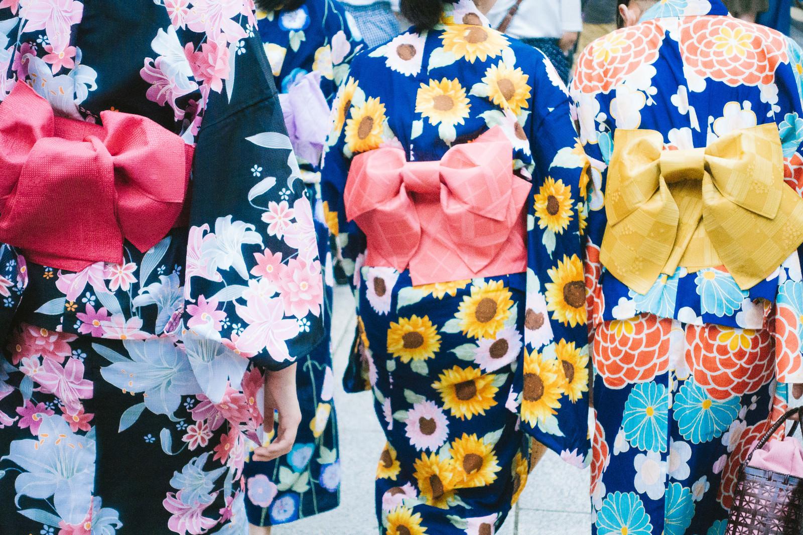 「夏祭りの浴衣姿(背後)」の写真