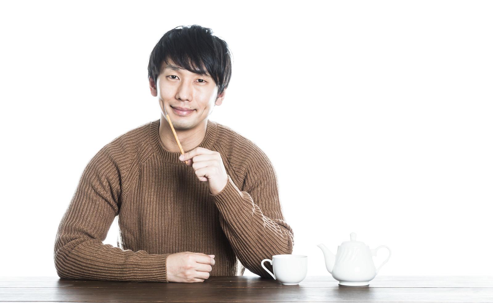 「コーヒーブレイク中のとっぽい男子」の写真[モデル:大川竜弥]