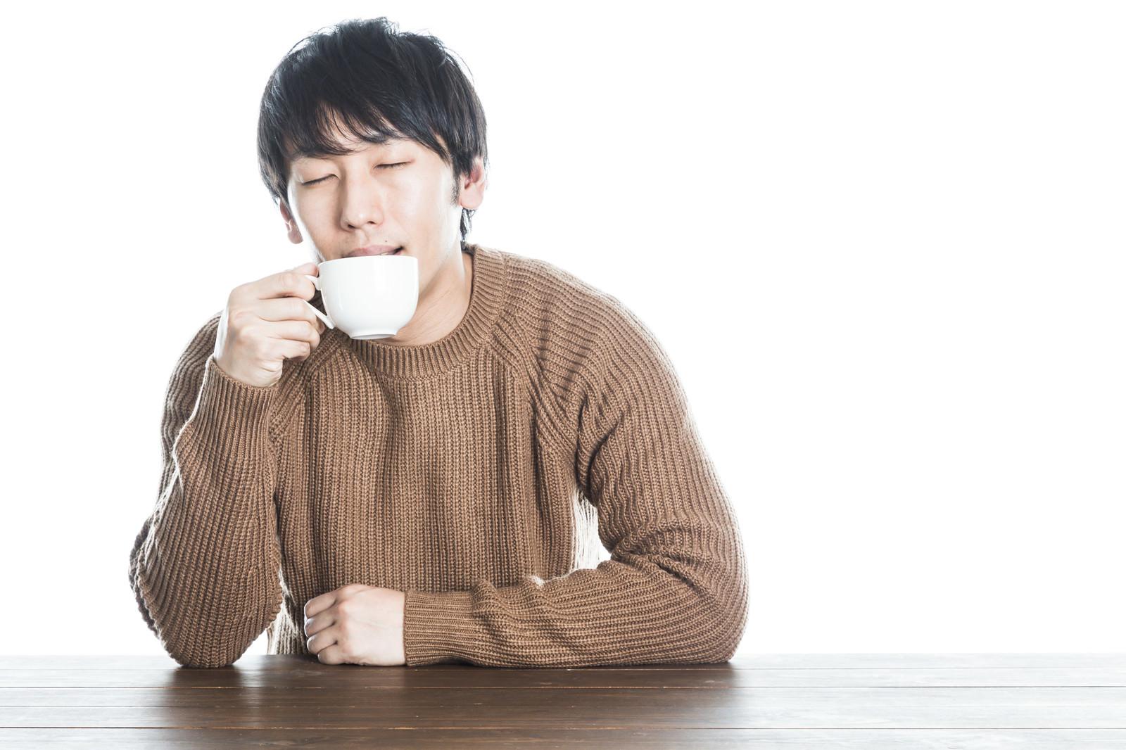 「温かい紅茶を飲んで幸せそうな男性」の写真[モデル:大川竜弥]