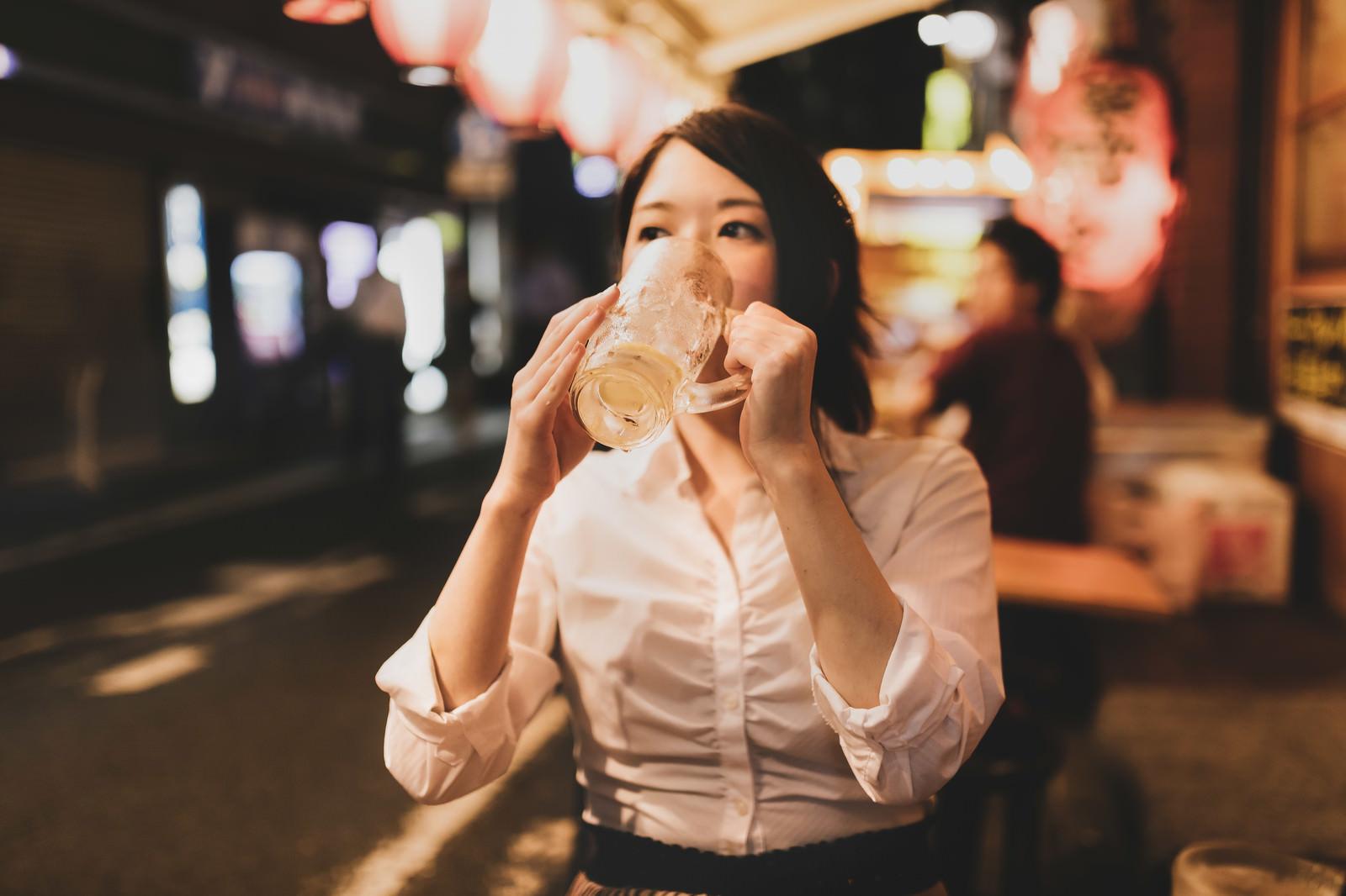 「居酒屋でひとり呑み(チューハイグビグビ)」の写真[モデル:シマヅ]