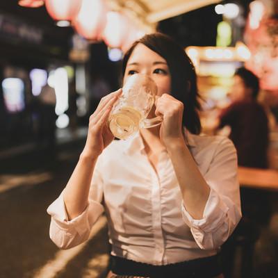 「居酒屋でひとり呑み(チューハイグビグビ)」の写真素材