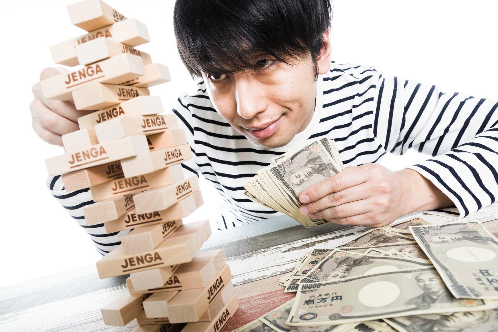 「多額の賞金を手にするジェンガマスター」の写真[モデル:大川竜弥]