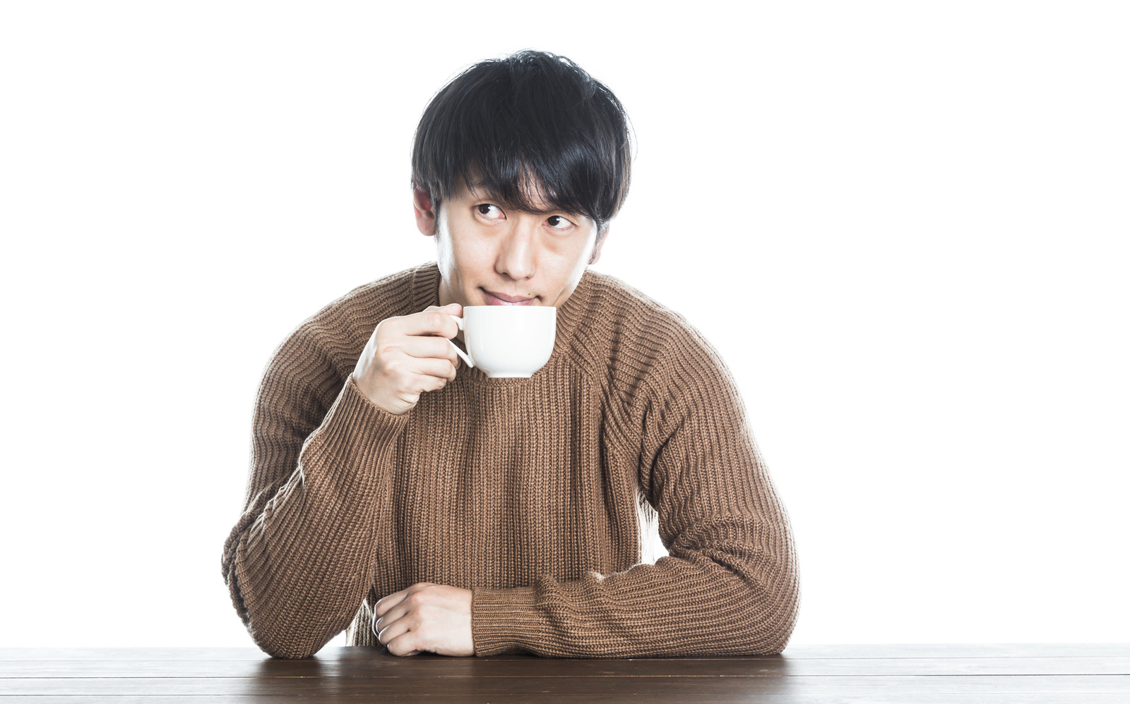 「コーヒーでホッとひといきコーヒーでホッとひといき」[モデル:大川竜弥]のフリー写真素材を拡大