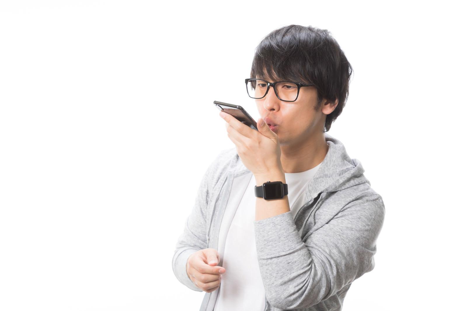 「Siriに話しかける男性」の写真[モデル:大川竜弥]