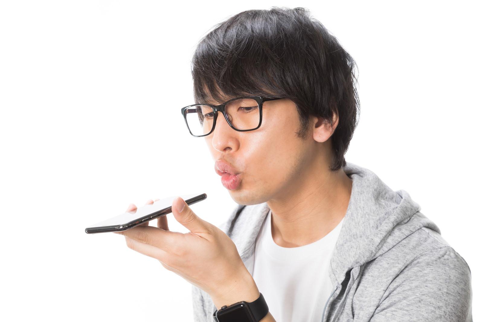 「イヤフォンジャックをフーフーするファミコン世代」の写真[モデル:大川竜弥]