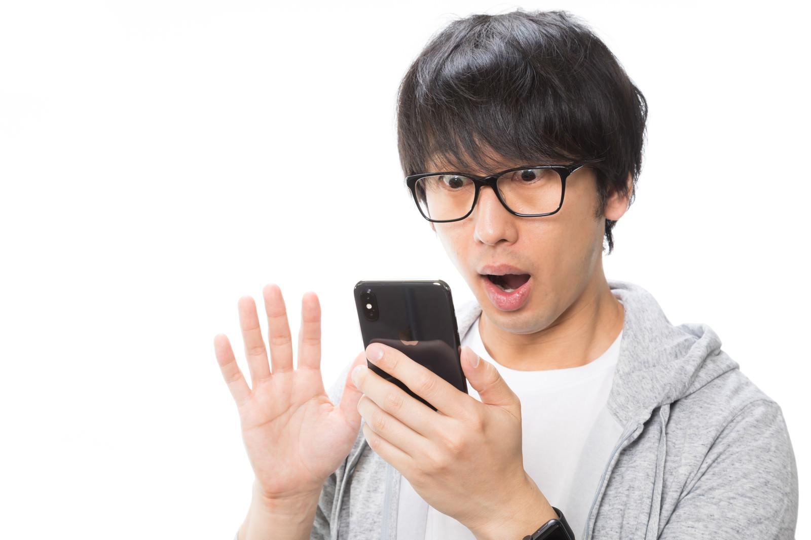 「顔認証の精度の高さに目が点になるiPhone Xユーザー顔認証の精度の高さに目が点になるiPhone Xユーザー」[モデル:大川竜弥]のフリー写真素材を拡大