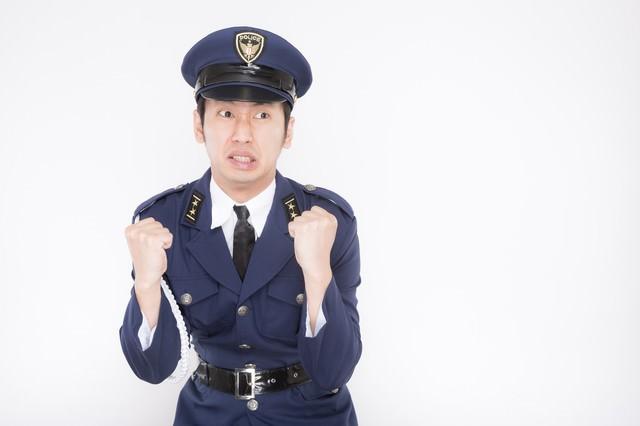 「逮捕しちゃうぞ!」と宣言するも腰が引けている新米警官の写真