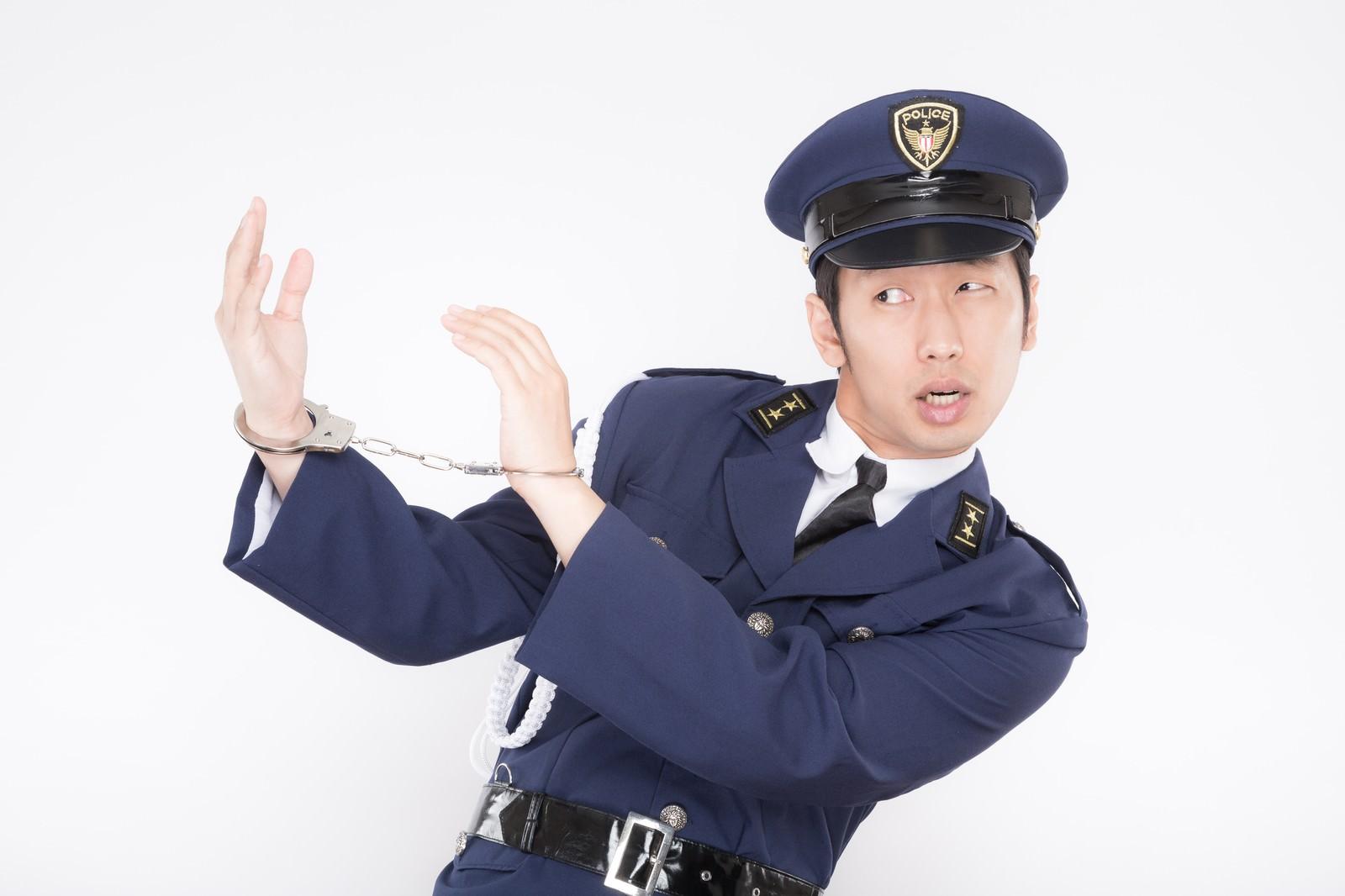 「パントマイム中のコスプレイヤー(警官)パントマイム中のコスプレイヤー(警官)」[モデル:大川竜弥]のフリー写真素材を拡大