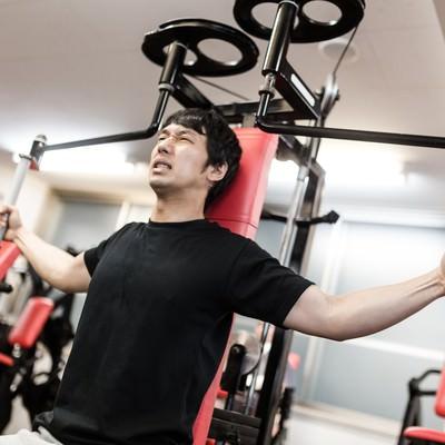 「マシンフライで大胸筋を鍛える肉体派俳優」の写真素材
