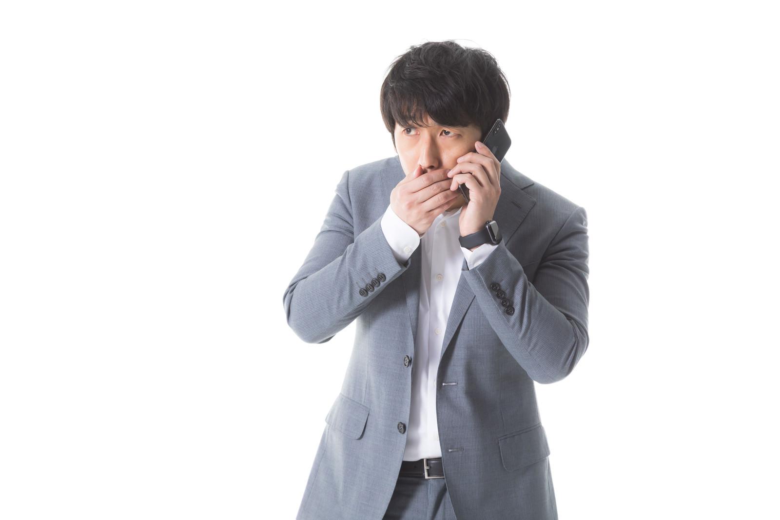 「アポ取り中にさり気なく口臭を確認する営業マン」の写真[モデル:大川竜弥]