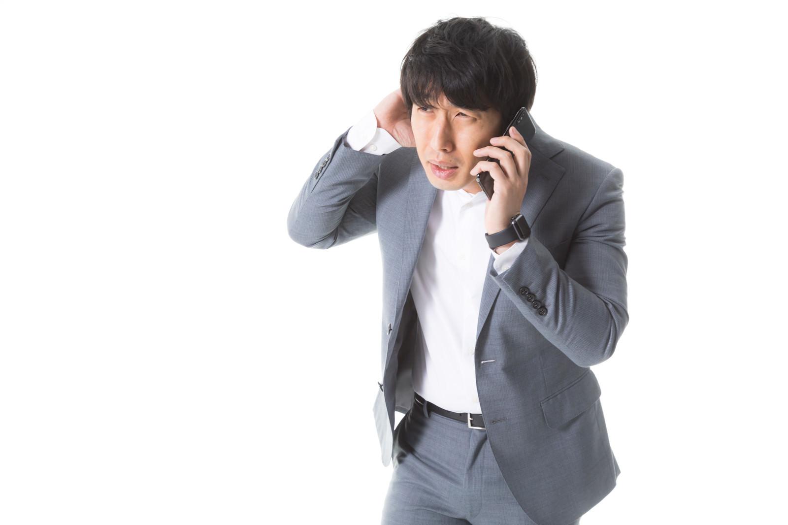 「クライアントに納期の遅れを謝罪する広告代理店社員」[モデル:大川竜弥]