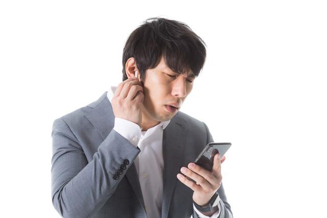 ワイヤレスイヤホンがつながらない男性の写真