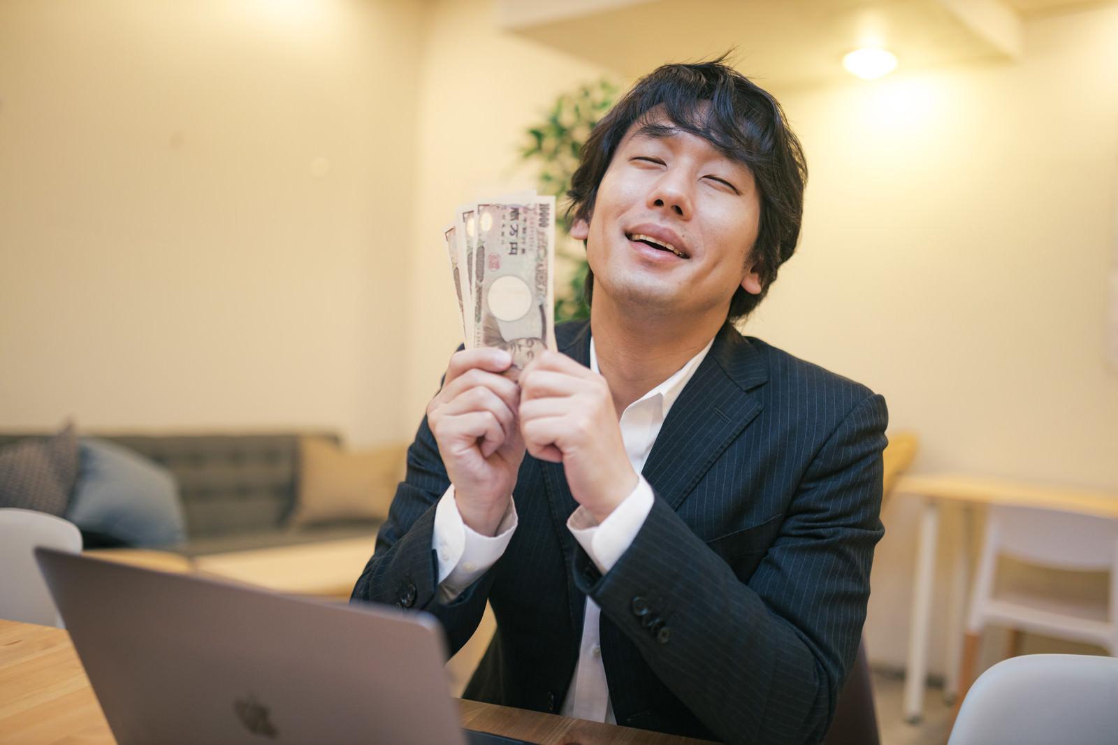 「支給された10万円何に使おうかな~」の写真[モデル:大川竜弥]