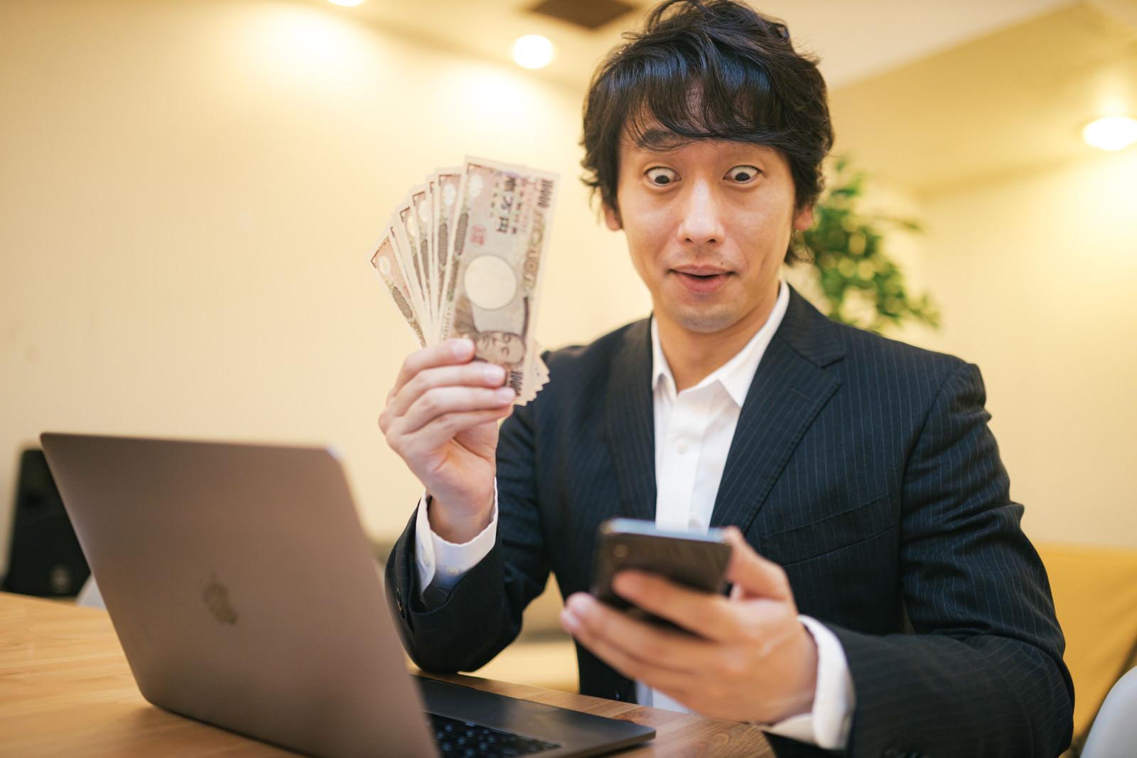 「10万円で投資をはじめるビジネスマン」の写真[モデル:大川竜弥]