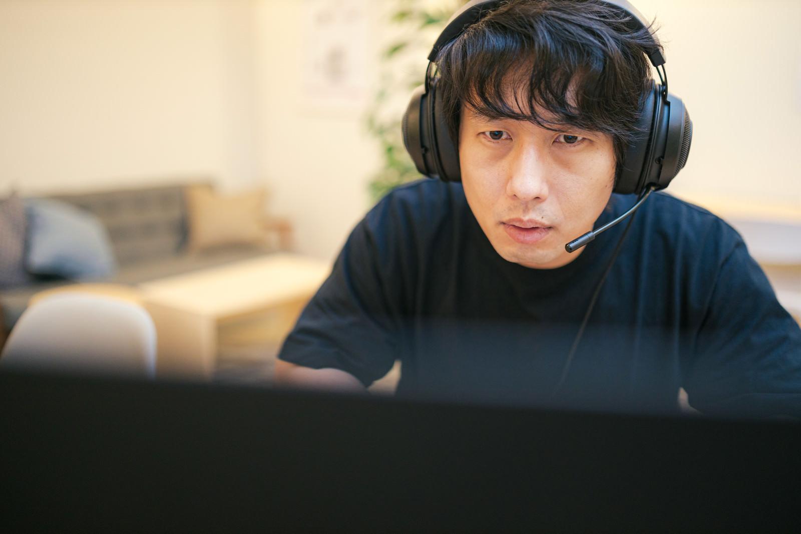 「プレイに集中するゲーマー」の写真[モデル:大川竜弥]