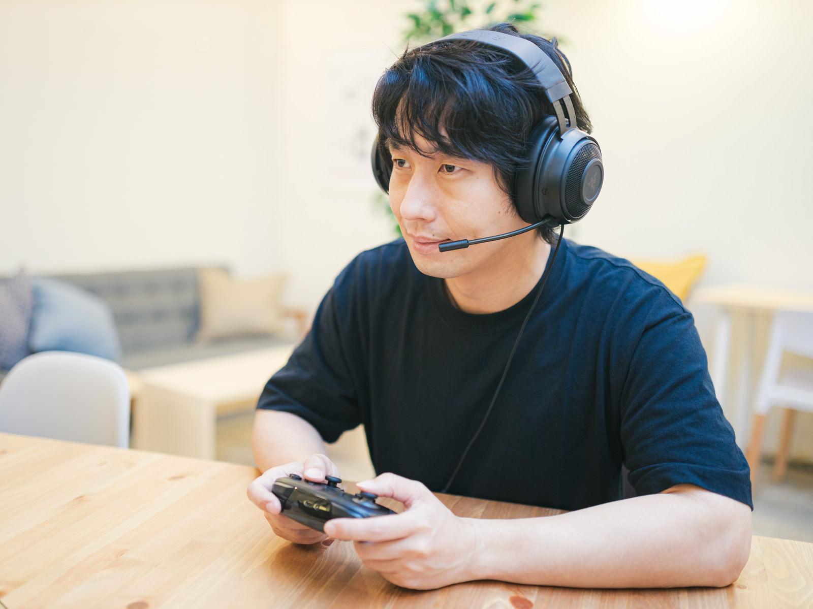 「ヘッドセットを使用するゲーマー」の写真[モデル:大川竜弥]