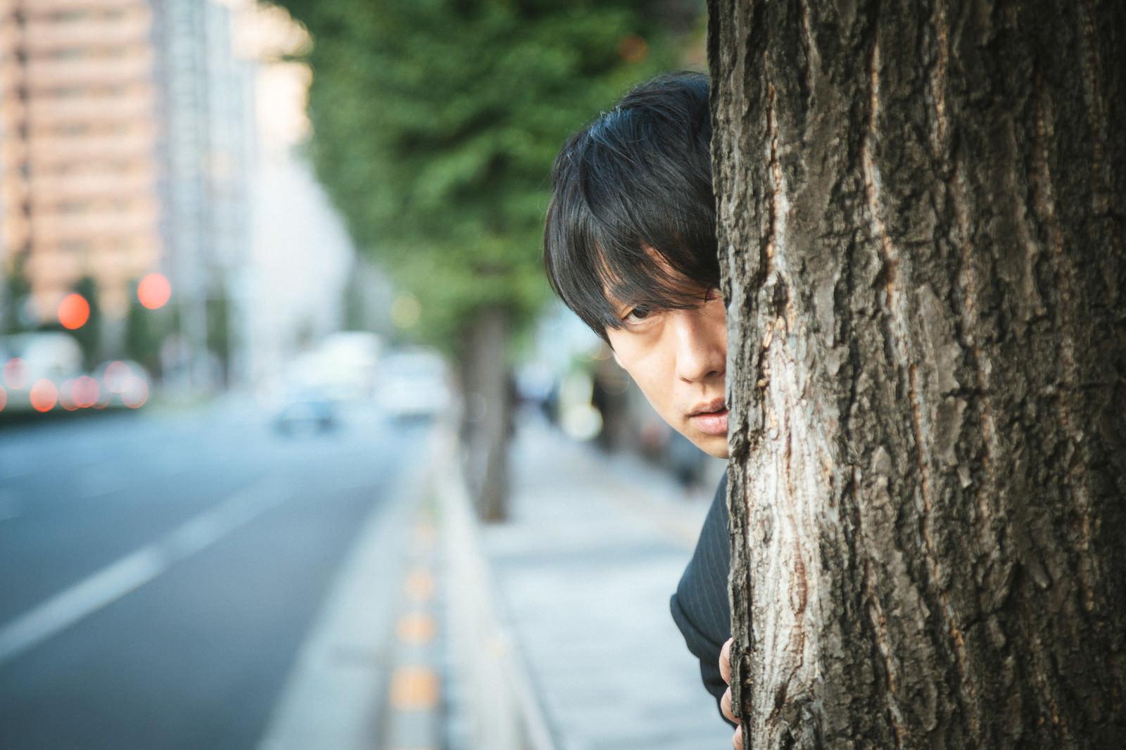「決定的瞬間を目撃した名探偵」の写真[モデル:大川竜弥]