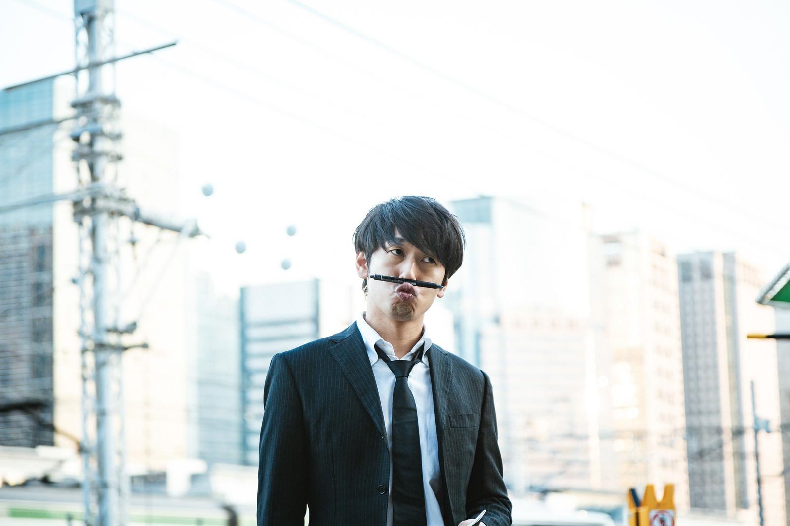 「ボールペン刑事のシンキングタイム」の写真[モデル:大川竜弥]