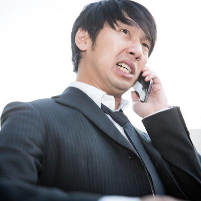 「飲み会当日、予約が取れていなかったことに焦る幹事」の写真素材